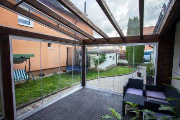Drevená zimná záhrada s bezrámovým posuvný systémom a s elektricky výsuvnou markízou