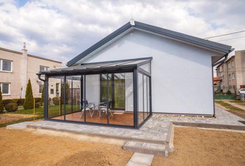 Hliniková terasa v obľúbenom odtieni RAL  7016 so strechou z bezpečnostného skla