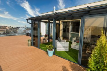 Hliníková zimná záhrada s WPC podlahou na streche bytového domu